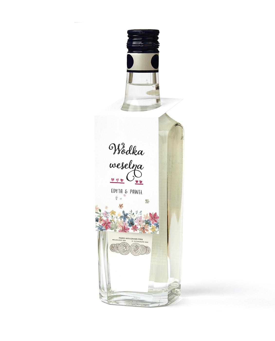 Zawieszki na alkohol z ozdobną czcionką i serduszkami