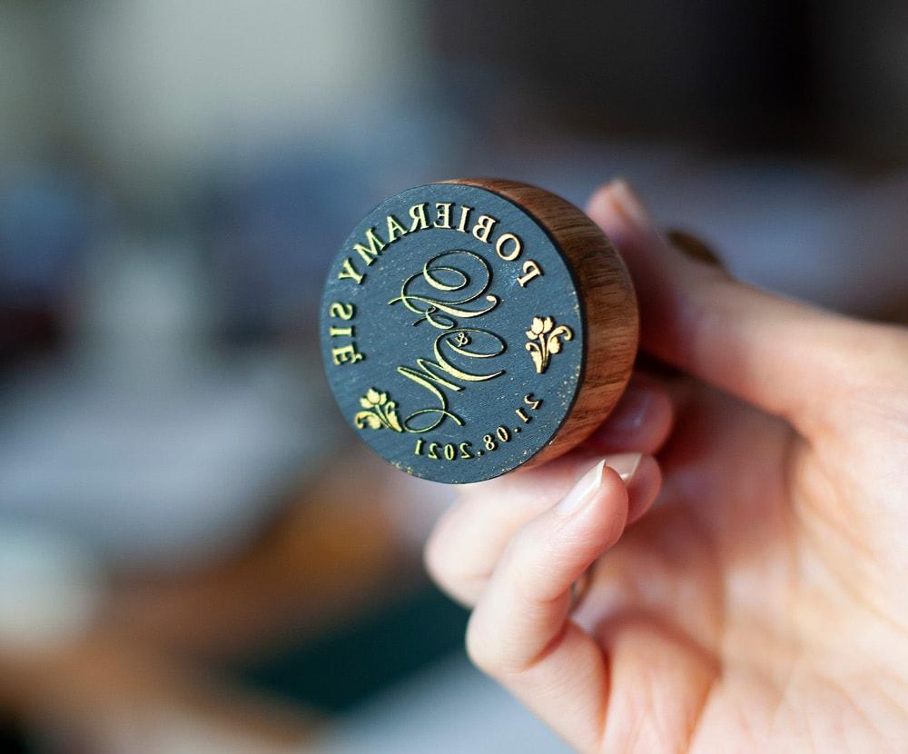 Drewniana okrągła pieczątka z monogramem ślubnym