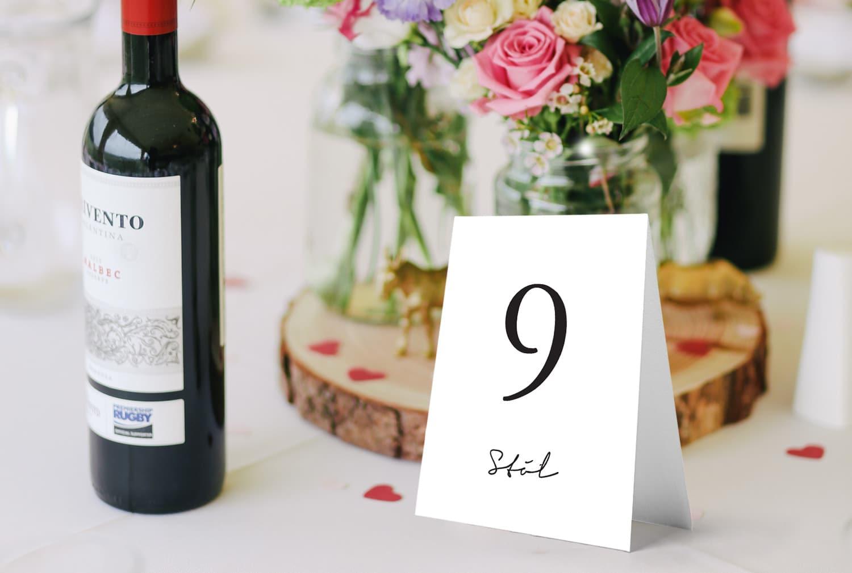 Prosty, elegancki numerek na stół weselny