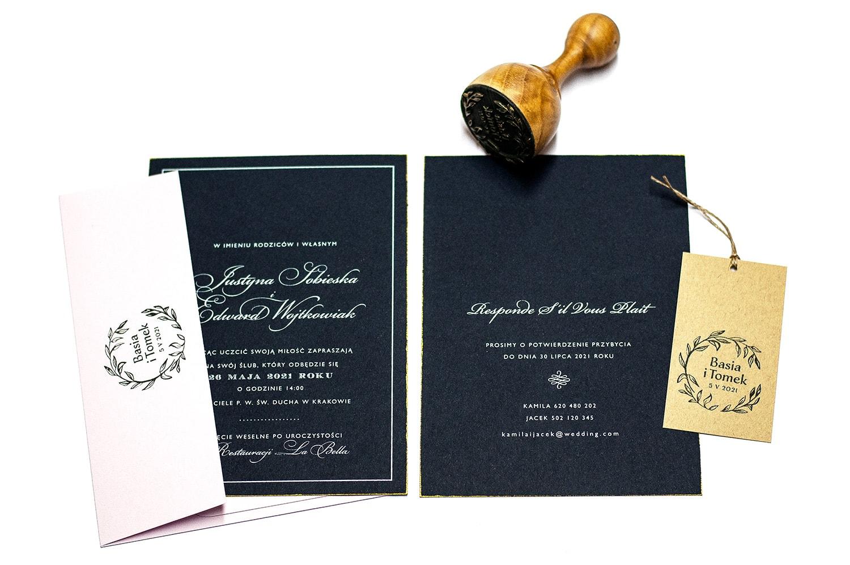 Granatowe zaproszenia z białym drukiem w stylu rustykalnym