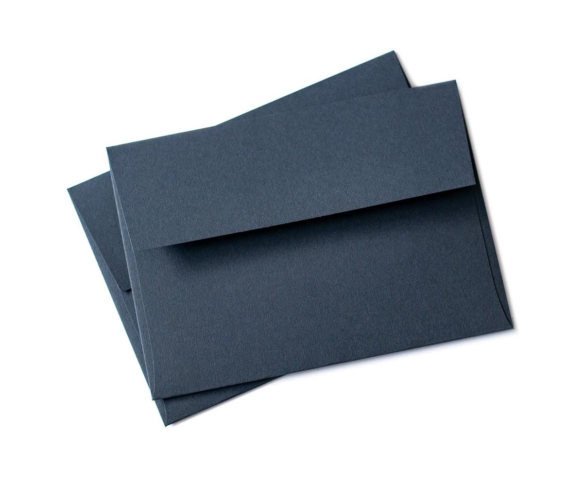 Granatowe ozdobne koperty na zaproszenia
