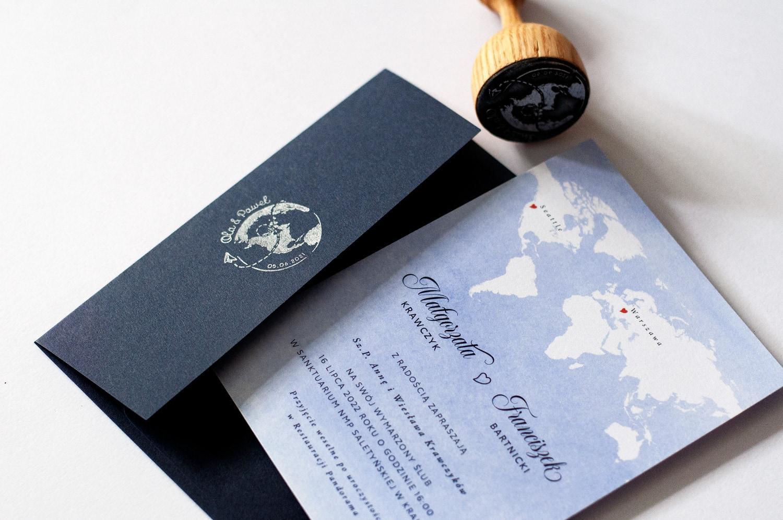 Zaproszenia w podróżniczym stylu z mapą świata i jasnoniebieskim tłem